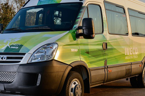 Daily Minibus elétrico passa por testes no Brasil