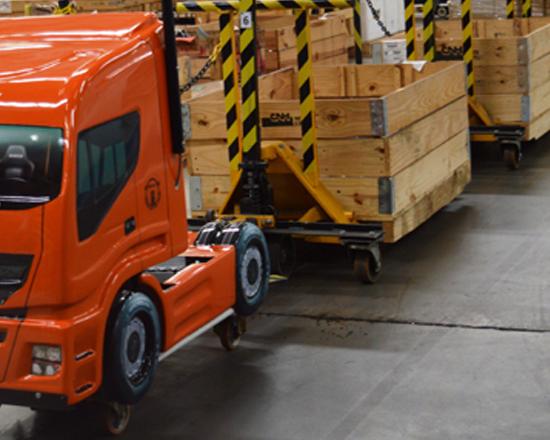 Mini Hi-Way transporta peças no depósito da Iveco